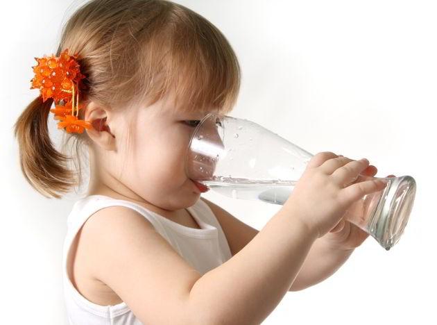 Por su parte los niños requerirán una menor cantidad de agua, excepto aquellos que realizan mucha actividad física